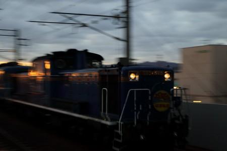 急行はまなす-朝日を浴びて稲積公園駅通過