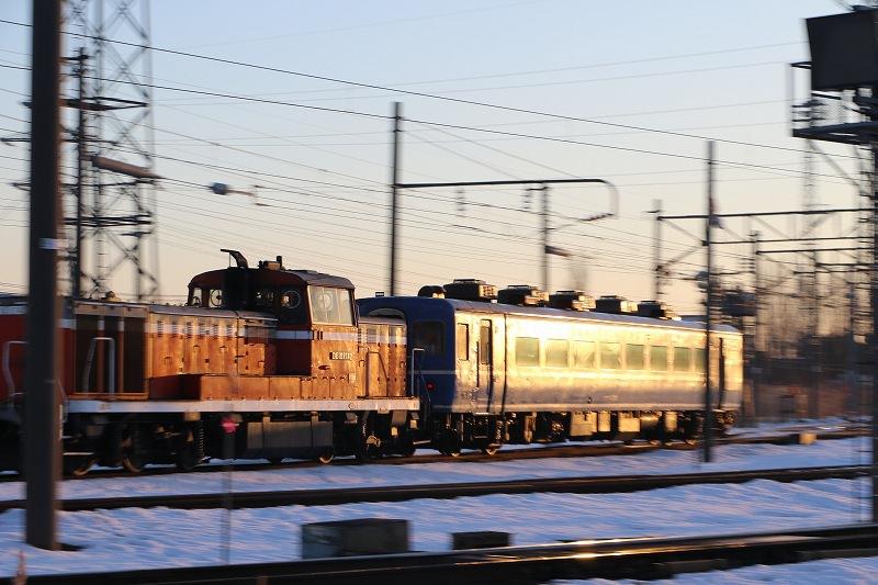 札幌運転所に朝日が昇る-はまなすの客車入替と光る車体