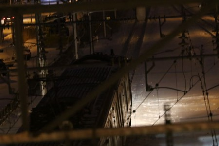 回送電車を上から屋根を流す