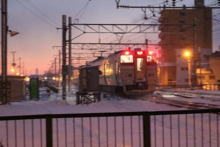 苫小牧行き普通電車と-急行はまなす