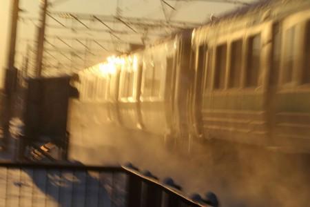 普通列車-雪と車体がかがやく