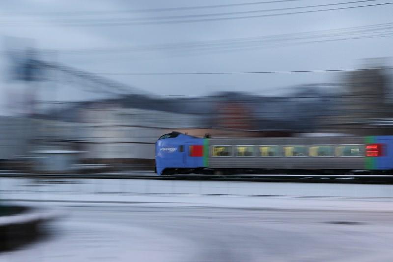 朝日が眩しい札幌運転所で急行はまなすを-お座敷列車と函館ライナー