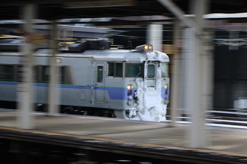 風邪も回復札幌駅へ-スラントと白ボウズのオホーツクと宗谷の代走183系