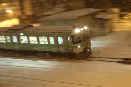 流し撮り-回送電車 雪降る中
