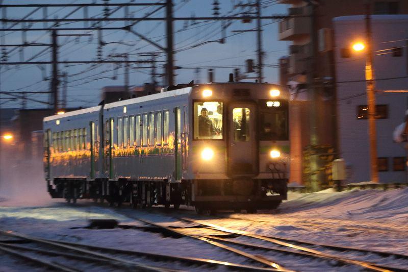 いつもの場所の急行はまなす-やっぱり速い然別行きの普通列車