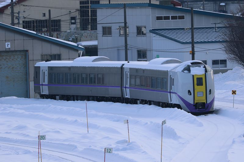 苗穂人道橋からのオホーツク3号-久しぶりに見たキハ261系の新色