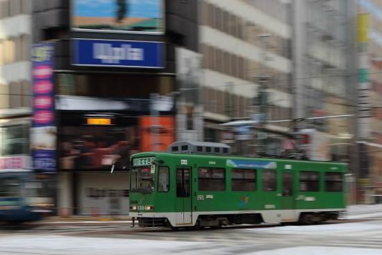 札幌 市電 4丁目交差点-流し撮り 3304 トリミング