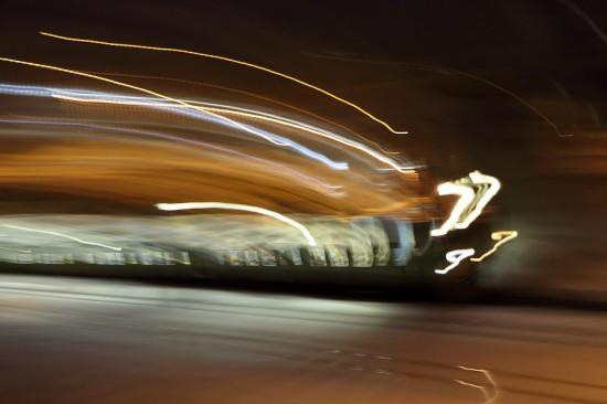 露光間ズーム流し-スローシャッター 列車 1.3秒