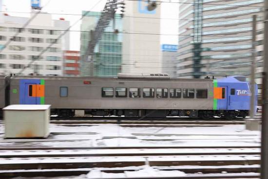 流し撮り スローシャッター-列車 札幌駅