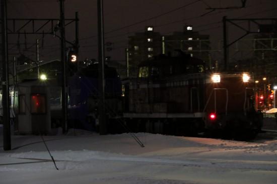 夜の札幌運転所 列車移動-DE10