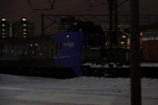 夜の札幌運転所 列車移動-DE10 キハ283系