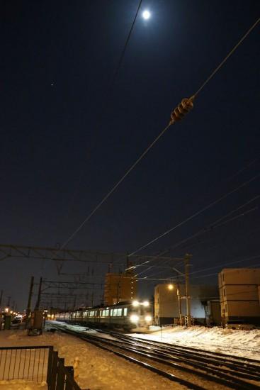 夜間撮影 列車 スローシャッター-月 星 線路