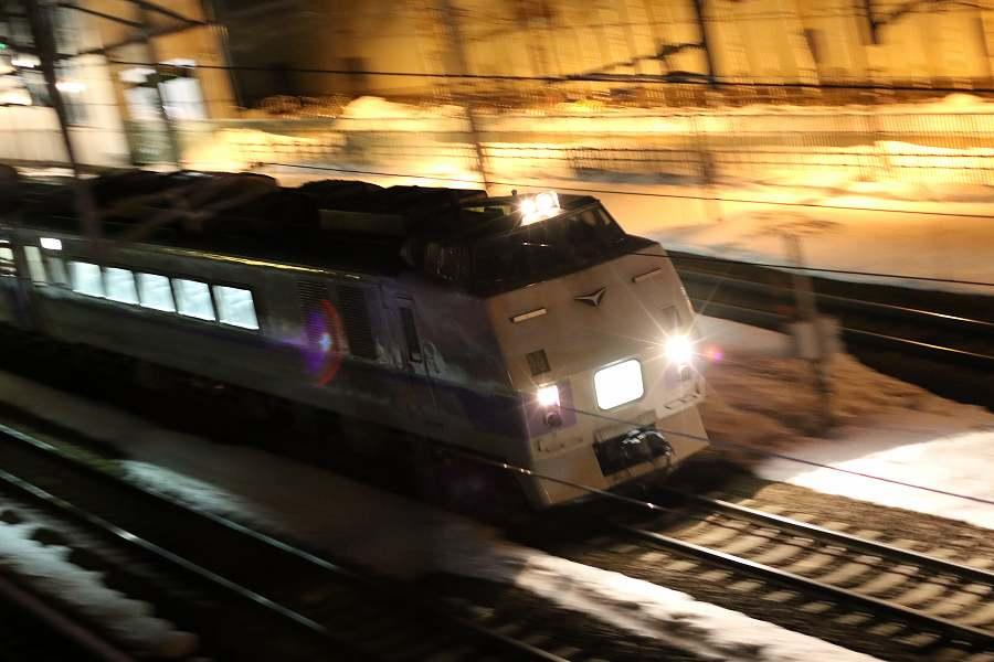 キハ183 406が札幌方へ出発-札幌運転所と手稲駅で夜の撮影