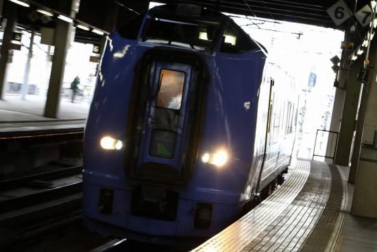 ズーム流し 逆光 黒つぶれ-札幌駅 構内