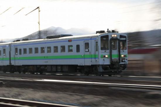 北海道 登別駅 キハ143 普通列車-流し撮り ズーム流し