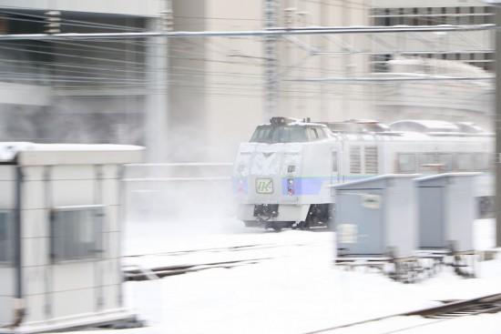 流し撮り 特急 札幌駅-雪煙 キハ183系