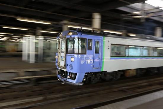 流し撮り 札幌駅-暗い場所 サロベツ