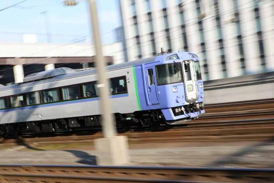 ズーム流し 流し撮り-オホーツク 71D 札幌駅