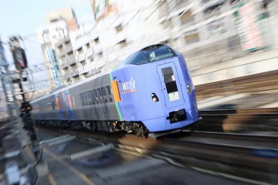 ズーム流し 流し撮り 列車 札幌駅-スーパーとかち ホームライナー