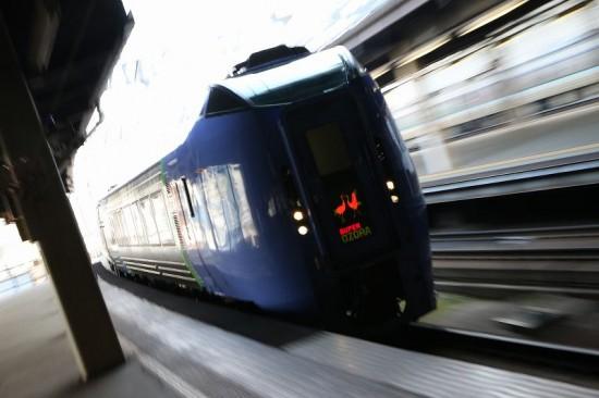 ズーム流し 流し撮り キハ283系-札幌駅 逆光