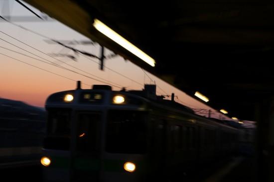 流し撮り 夕焼け-スローシャッター シルエット 影 稲積公園駅