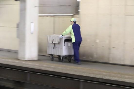 流し撮り 札幌駅 人 クリーンスタッフ