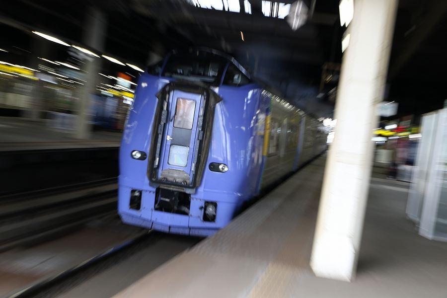 悩みながらの朝の札幌駅-なんとか構図を変えたい流し撮り