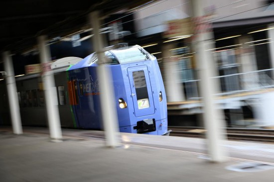 流し撮り スローシャッター 1/8秒 駅ホーム 列車