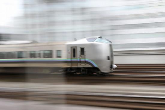 流し撮り 超スローシャッター 0.3秒-札幌駅 列車 電車