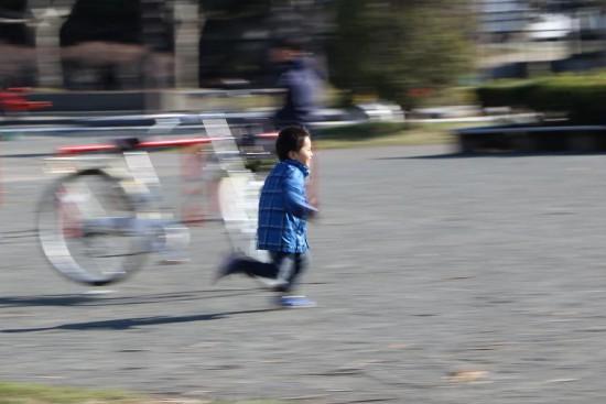 子供 走っているところ 流し撮り 屋外