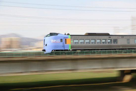 ズーム流し 流し撮り 列車 鉄道 豊平川鉄橋 スーパーとかち キハ261系