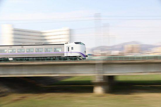 ズーム流し 流し撮り 列車 鉄道 豊平川鉄橋 スーパーとかち キハ261系 新色