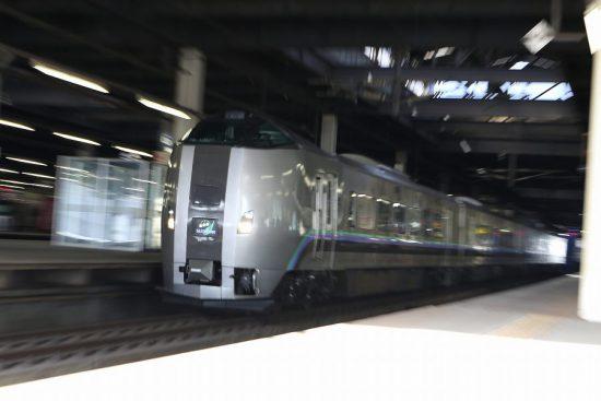 ズーム流し 流し撮り 電車 鉄道 札幌駅 ホーム