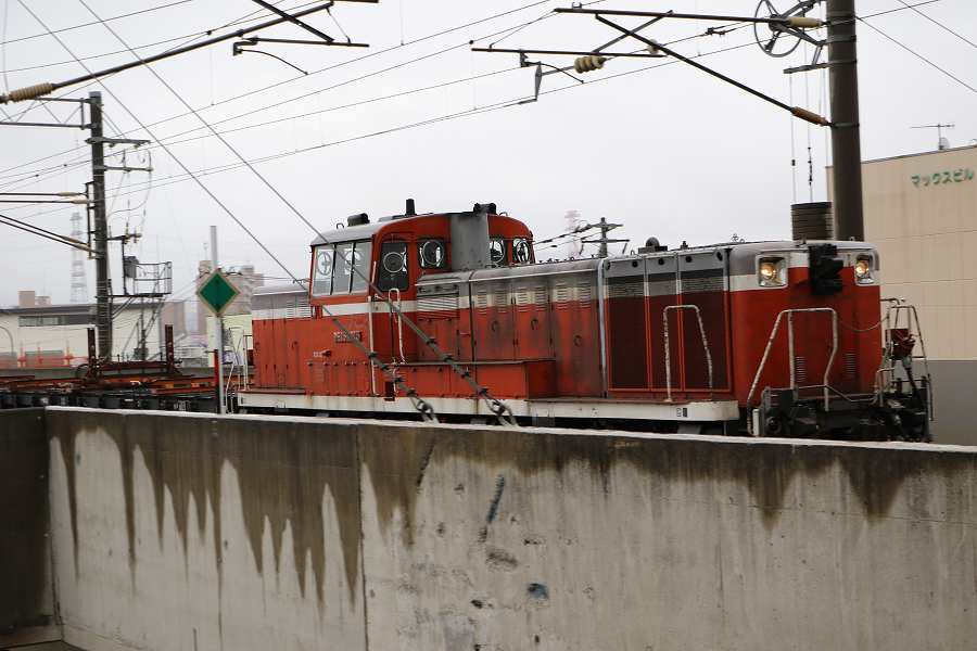 DE15 2515+チキが札幌運転所方へ-綺麗になったキハ183 1555