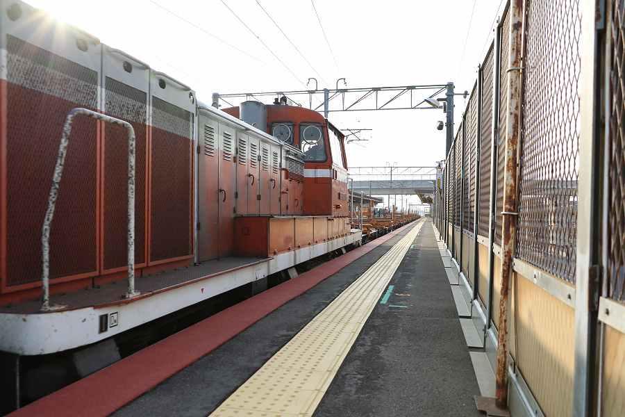 稲積公園駅を通過したDE15とチキ-朝の時間に並んだ785系3編成