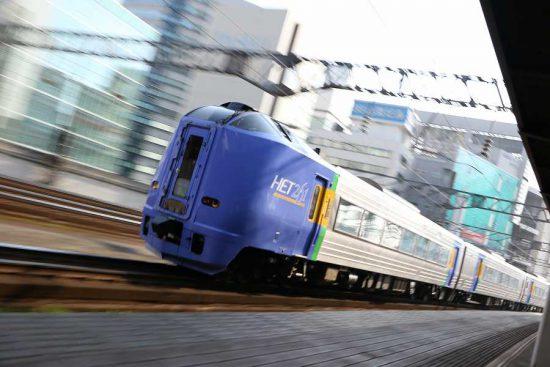 ズーム流し 流し撮り 鉄道 列車 261系 100番代 スーパーカムイ ローアングル