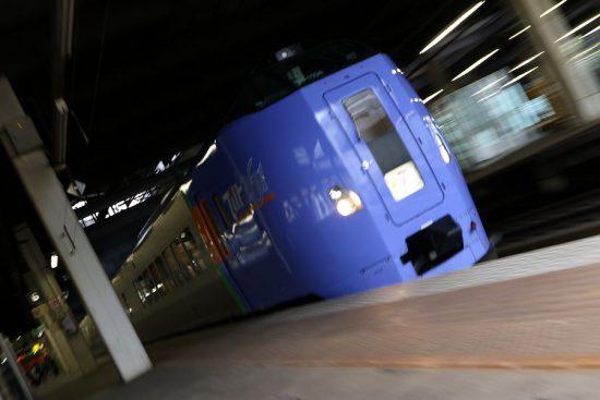 ズーム流し 流し撮り ローアングル 列車 特急 札幌駅