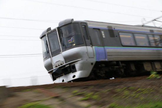 ズーム流し 流し撮り 列車 見上げる しゃがんで