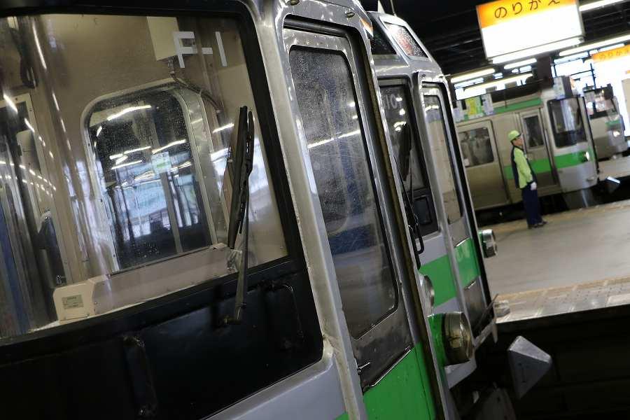 ホームを変えて流し撮り-天気はまだ悪い朝の札幌駅