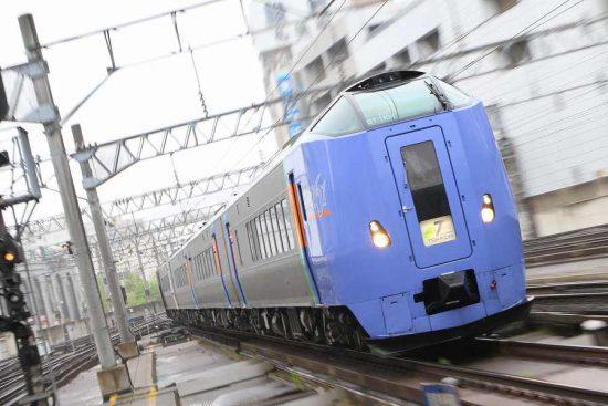 ズーム流し 流し撮り 正面 列車 キハ261系1000番代