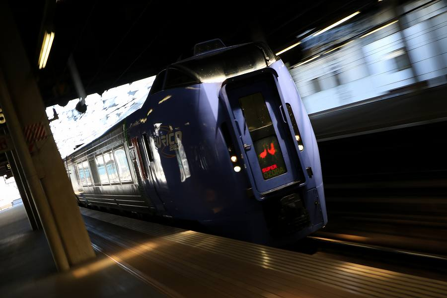 久しぶりに試1191から昼の札幌駅-露出アンダーでズーム流しを試す