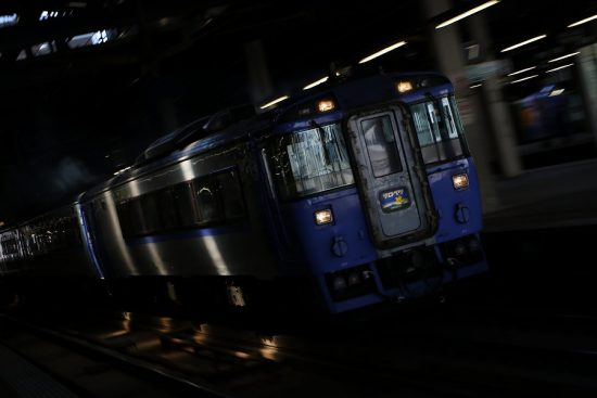 ズーム流し 露出アンダー 列車 札幌駅 出発