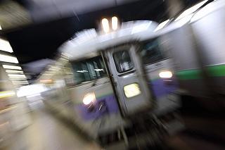 オホーツク1号の白ボウズと8両編成のスーパーとかち-月曜日の札幌駅
