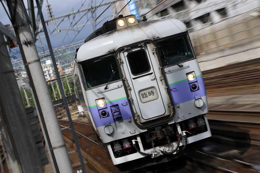 手稲駅へ向う団体臨時列車-789系が3つ揃いの朝の時間