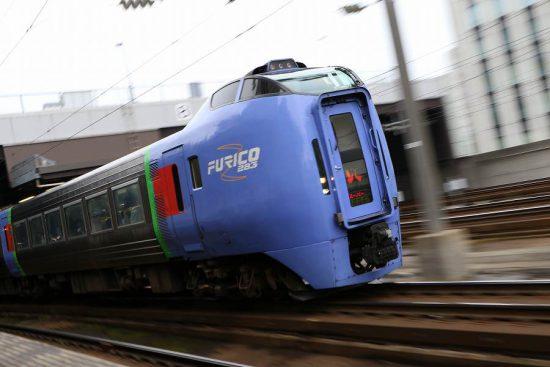 列車 ズーム流し 流し撮り 札幌駅 スーパーおおぞら 曇り空