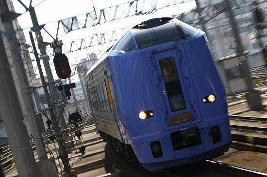 ズーム流し 札幌駅 逆光 列車 黒 スーパー宗谷