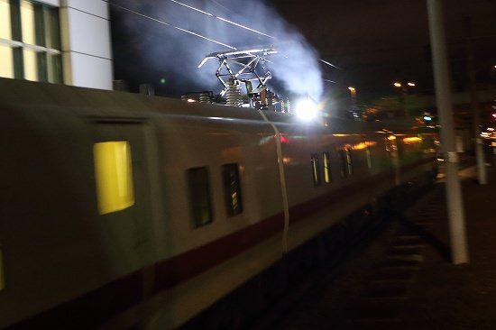 夜 ズーム流し 列車 駅 イーストアイ Easti パンタグラフ