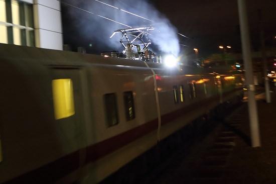 札幌方へ向うEast i-Dをお見送り-夜の駅から流し撮り