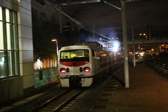 夜 ズーム流し 列車 駅 イーストアイ Easti 後姿