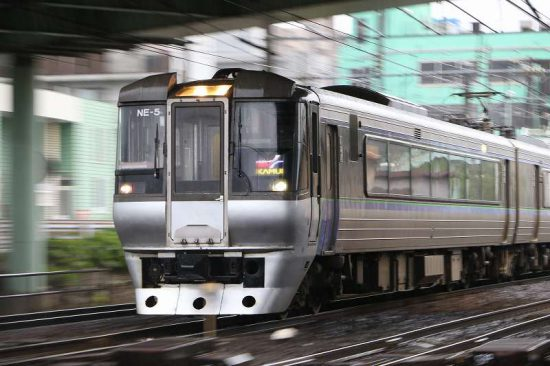 雨 ズーム流し 列車 スーパーカムイ 手稲駅